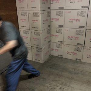 大型トラックにおよそ600ケースほどの箱ティッシュが運ばれます。