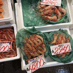 浜田紙業はグリーンパーチ耐水紙をエビや魚などを扱う市場等で販売しています。