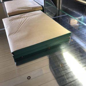 衛生面に配慮して包装された状態でグリーンパーチ紙を断裁しクラフト紙に包装します。