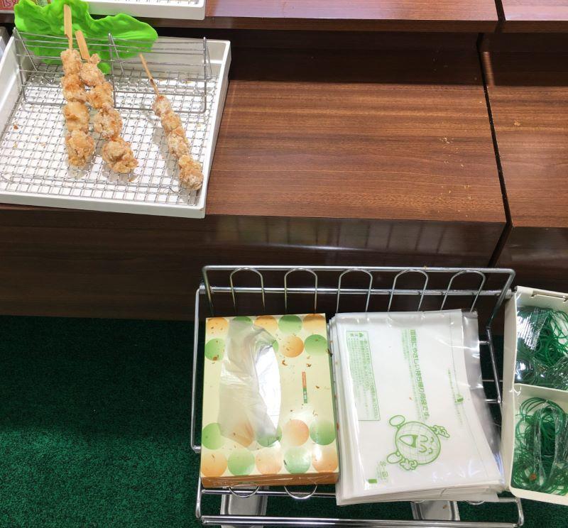 スーパーの総菜コーナーにはビニールの袋があります