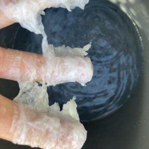 トイレットペーパーが水に流れます