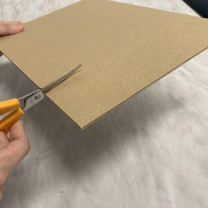 薄いダンボール板はハサミで切れます