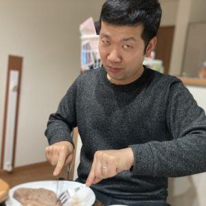 ステーキを切ります