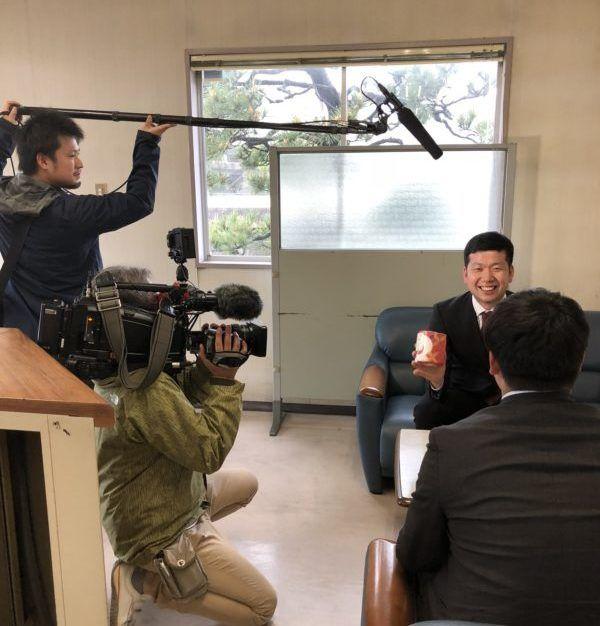 浜田紙業が石川テレビの取材を受けている様子です
