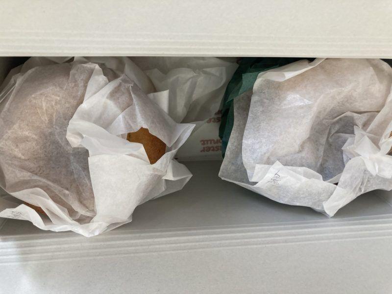 ドーナッツをグリーンパーチ紙で包んだ