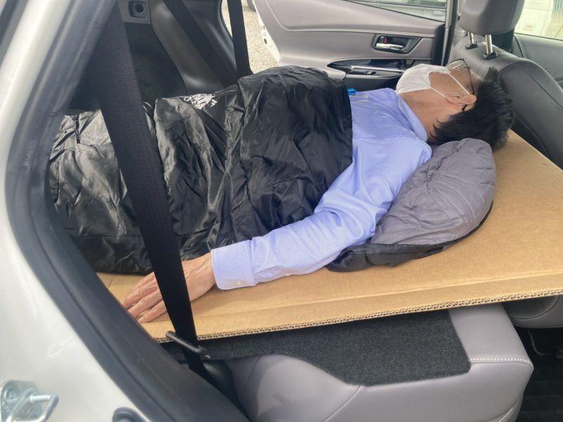 車中泊シートで寝る