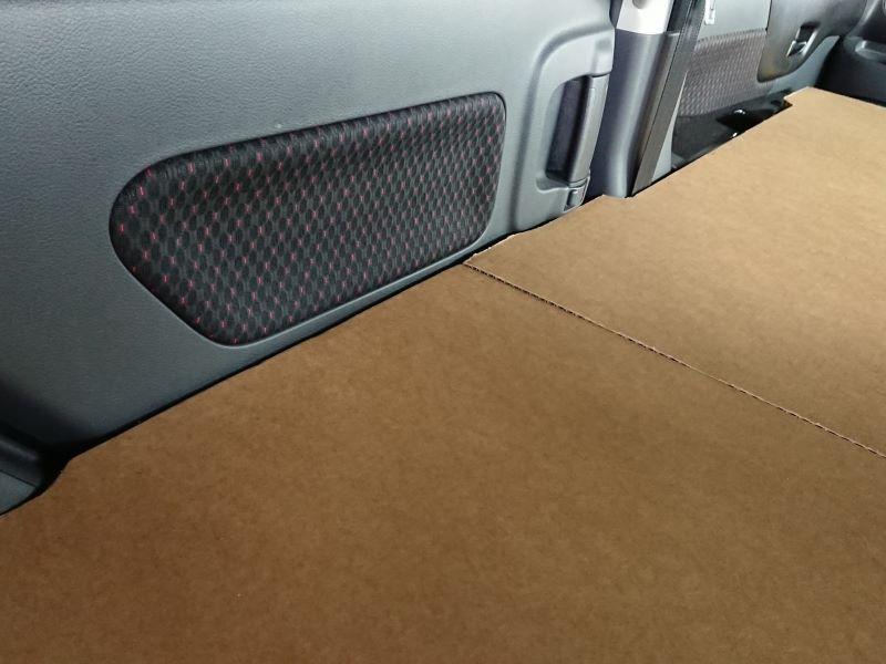 車中泊シートのダンボール板です