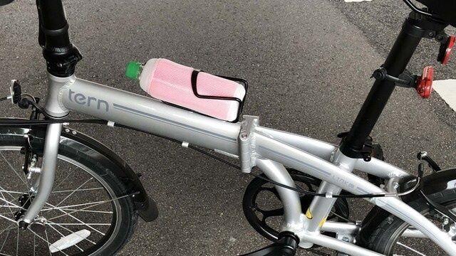 自転車にペットボトルをつけます