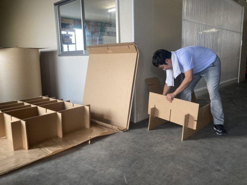 ダンボールベッドを組み立てます